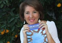 """María Eugenia Pérez con su libro """"Aulas inclusivas. Experiencias prácticas""""."""